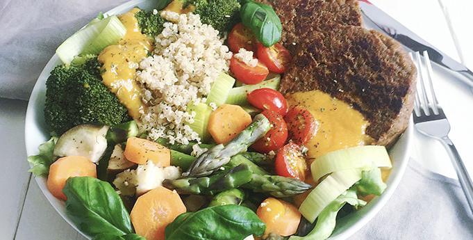 Quinoa-Salat mit Kürbis-Mango-Dressing