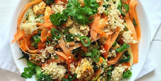 Zucchini-Möhren-Nudeln mit Quinoa und Tomate